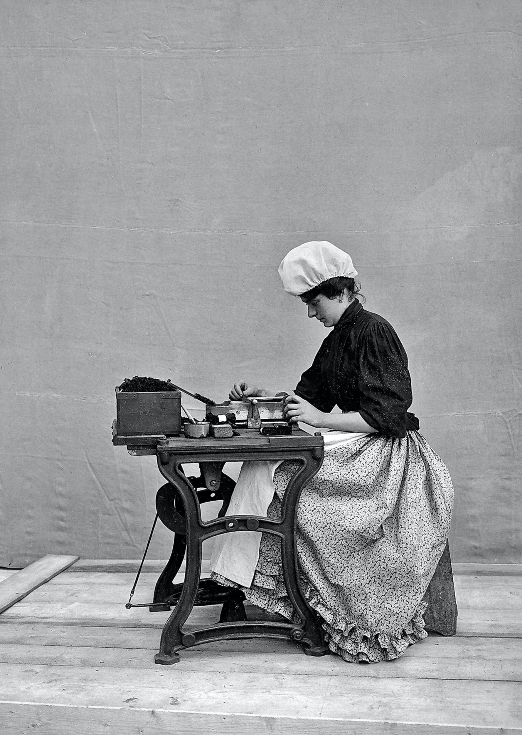Fratelli Alinari Operaia della Manifattura Tabacchi di San Pancrazio, Firenze 1901 fotografia Archivi Alinari, Firenze I Fratelli Alinari Female Worker at the Manifattura Tabacchi, San Pancrazio, Florence  1901 photograph Archivi Alinari, Florence