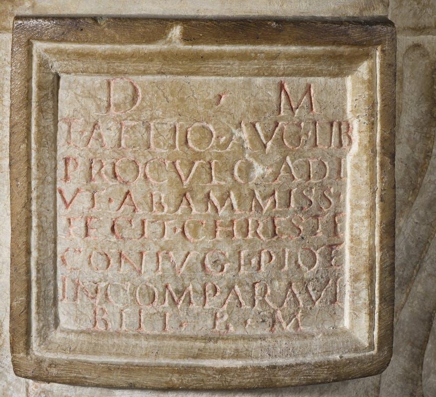 Cinerario di Elio Proculo, dettaglio dell'iscrizione