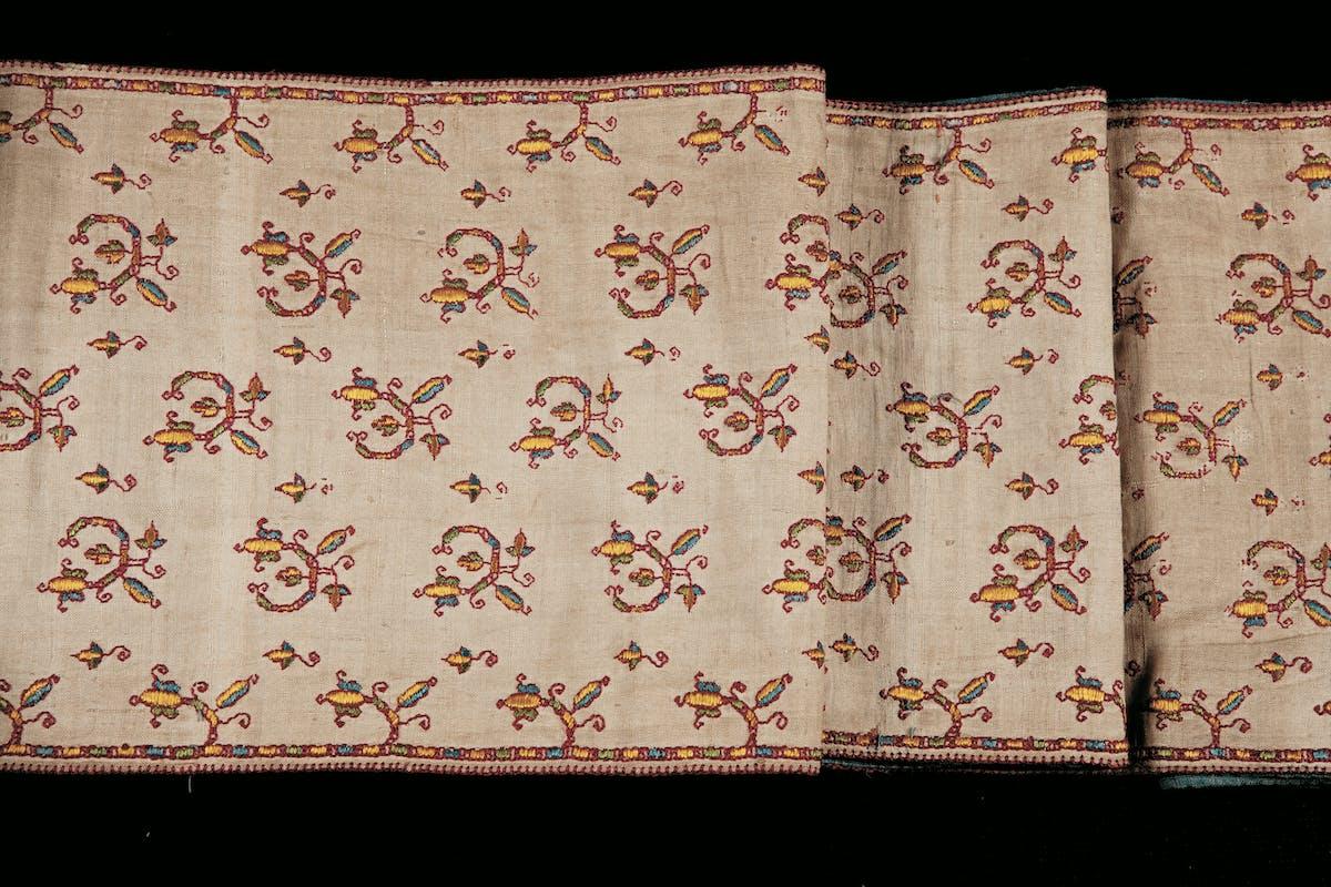 Ricamatrice pisana Fascia per Sèfer Toràh Fine del XVII secolo ricamo in seta giallo, verde, azzurro e rosso su tela di lino Comunità Ebraica, Pisa