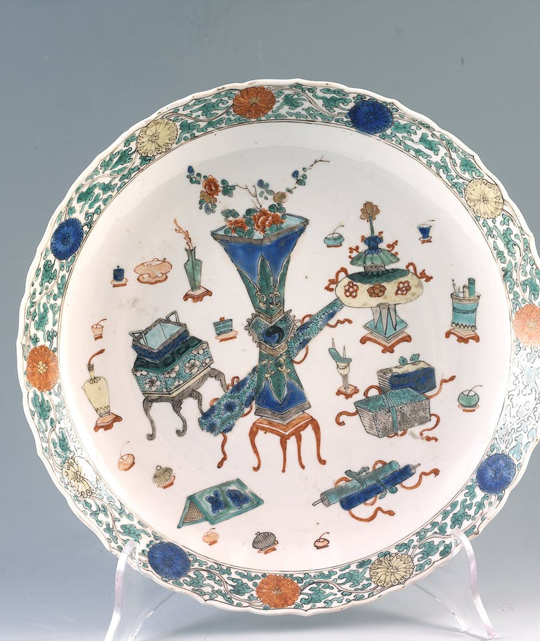 "Plate decorated with some objects from the the ""Hundred Antiques"""