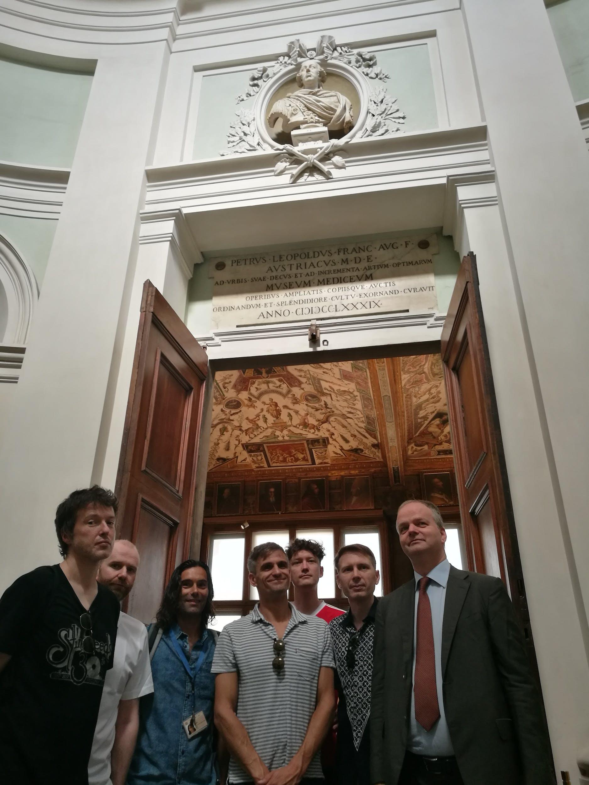 I Franz Ferdinand all'ingresso della Galleria degli Uffizi