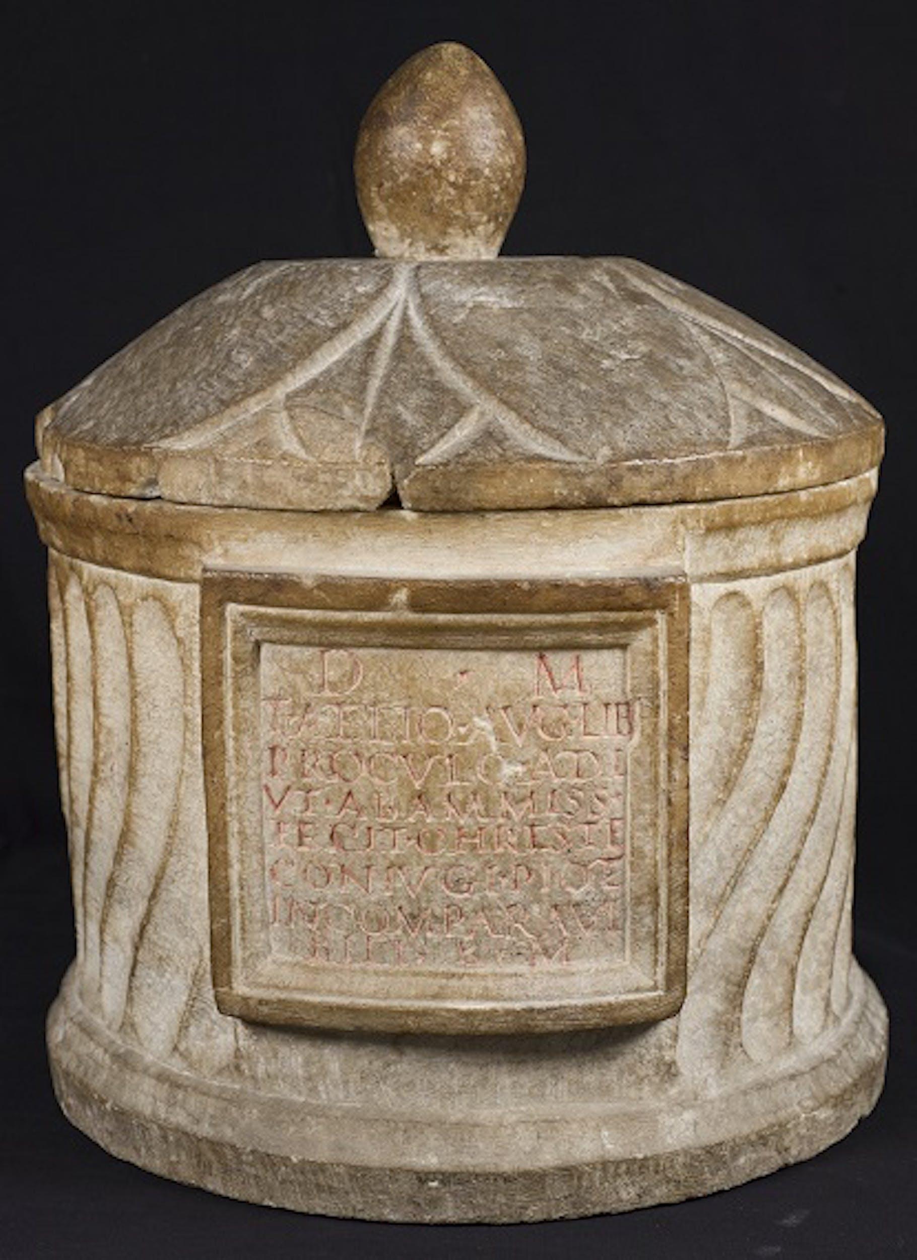 l'urna cineraria romana di Tito Aelius Proculus, prima metà del II secolo d.C.