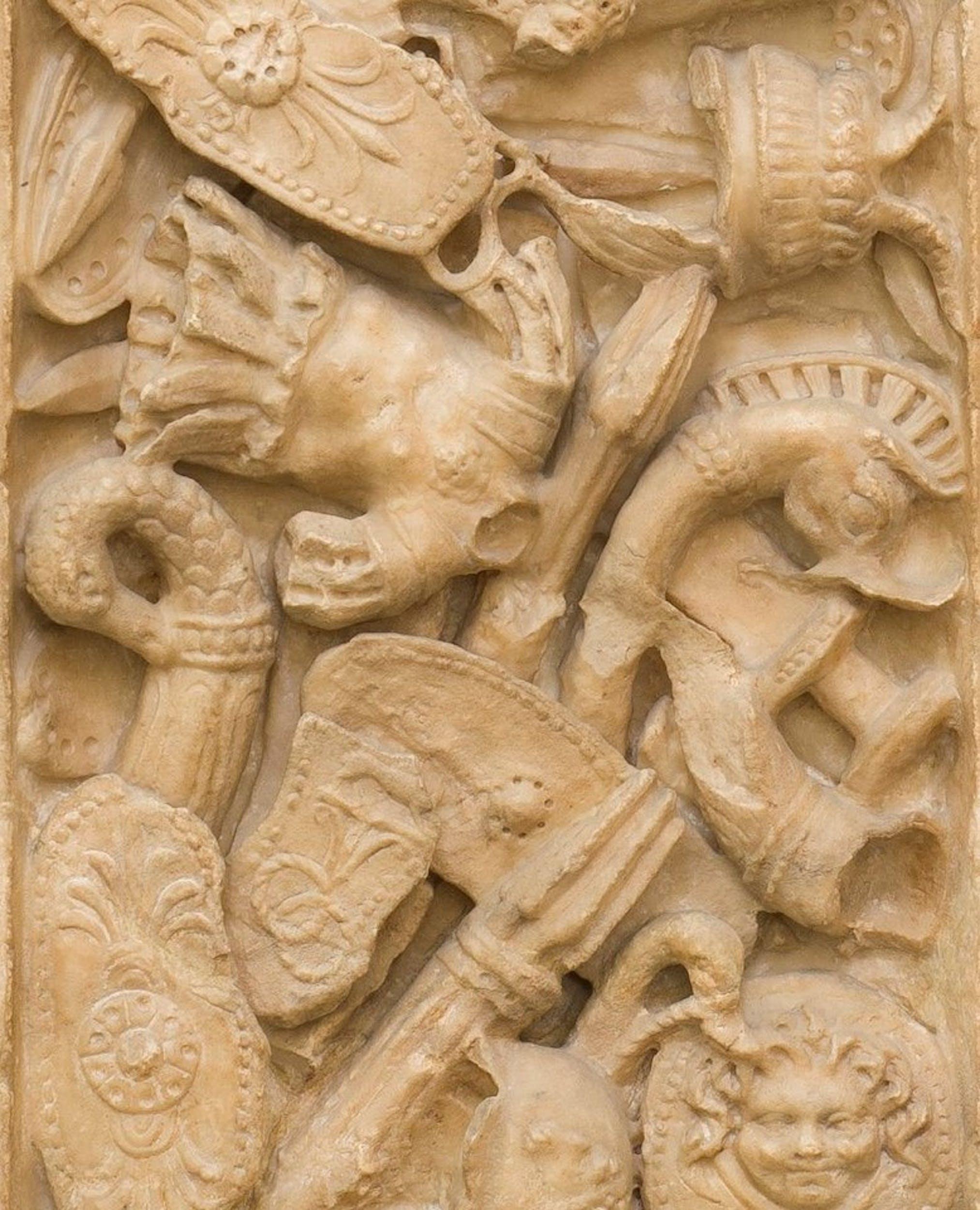 Pilastro con panoplie dall'Armilustrium dell'Aventino (particolare)  Gallerie degli Uffizi, Galleria delle Statue e delle Pitture, Ricetto Lorenese, inv. 1914 n. 72 Fine I sec. d.C. marmo italico, h. 320 cm