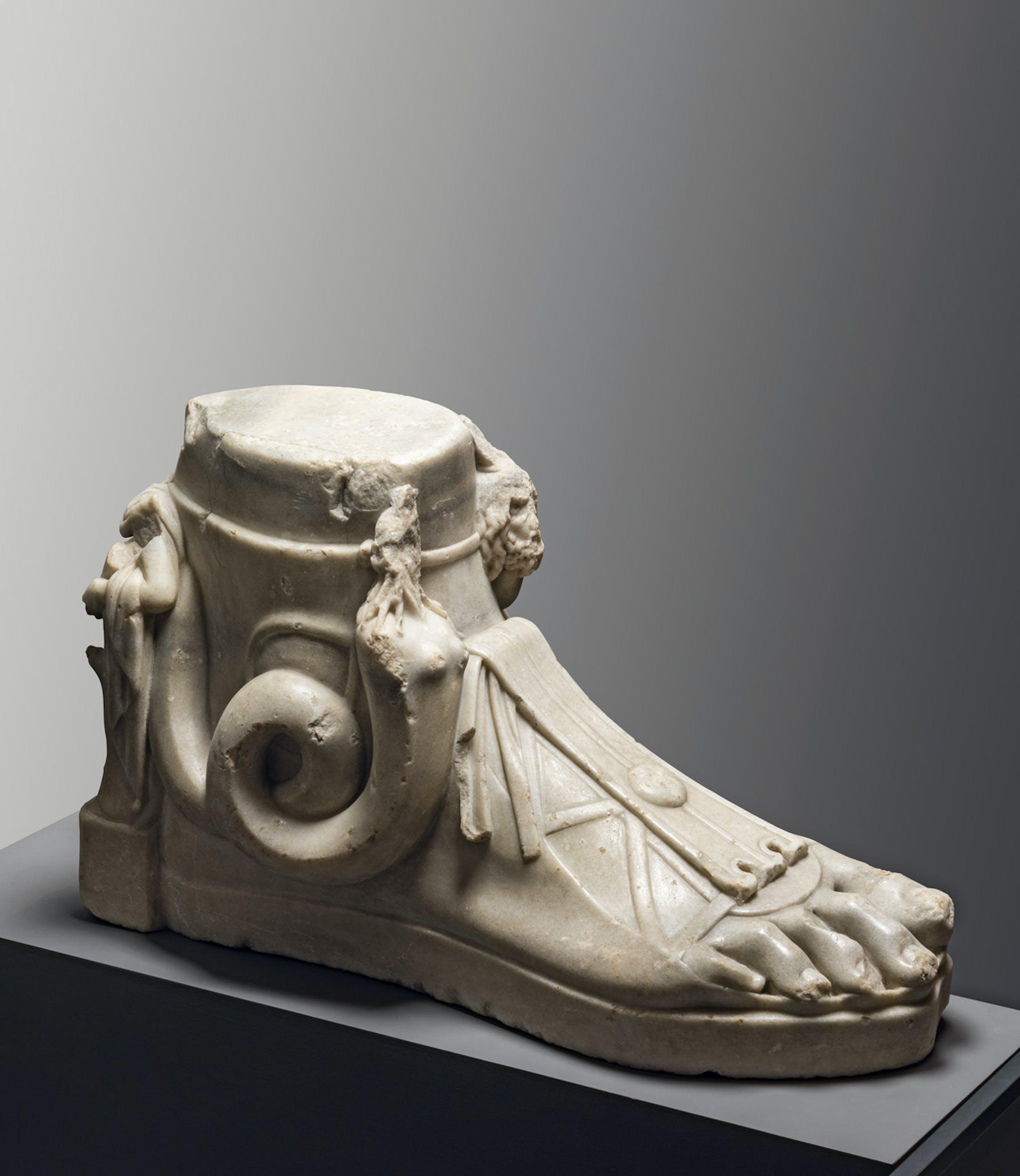 Piede votivo dedicato a Serapide, Iside e Arpocrate marmo II-III sec. d.C Museo Egizio, Torino I Votive foot dedicated to Serapis, Isis and Harpocrates 2nd – 3rd century AD marble Museo Egizio, Turin