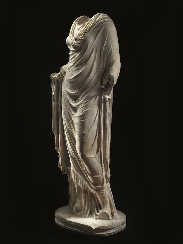 FIGURA FEMMINILE CON ABITO CERIMONIALE ROMA, I SECOLO d.C. Altezza 159 cm; altezza base 8-8,5 cm; larghezza 60 cm; profondità 33 cm