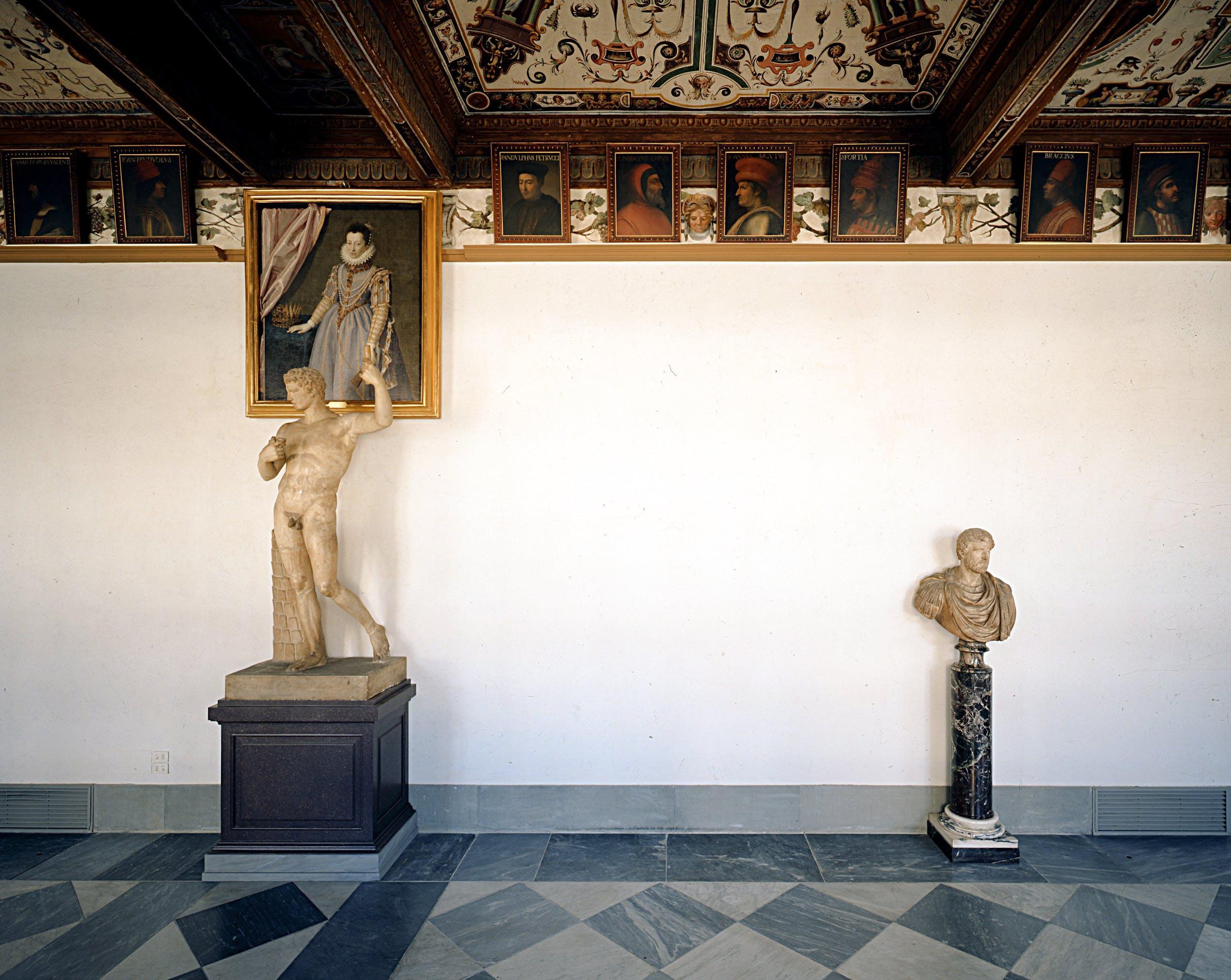 Veduta del primo corridoio degli Uffizi.