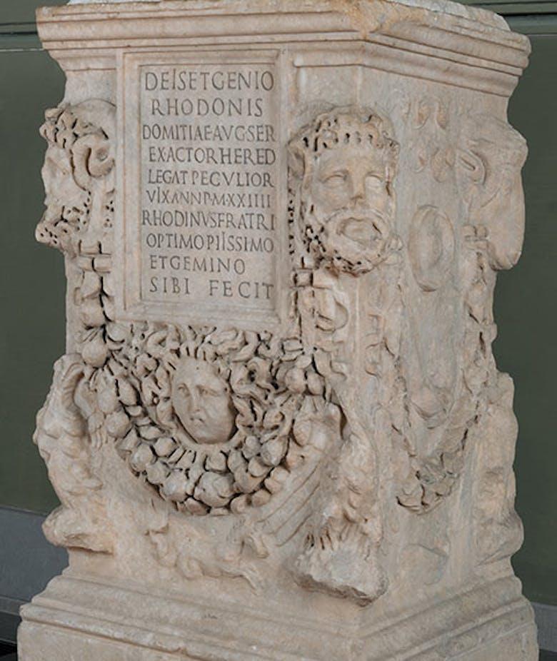 Ara in onore di Rhodon, schiavo di Domizia Augusta